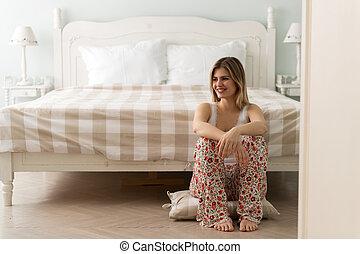 mulher bonita, sentando, jovem, quarto, feliz