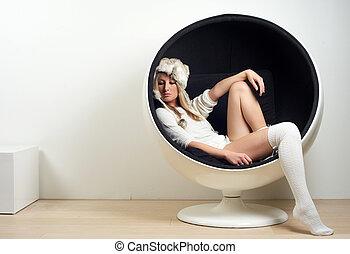 mulher bonita, sentando, jovem, retro, trendy, cadeira