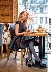 mulher bonita, sentando, jovem, tabela, café
