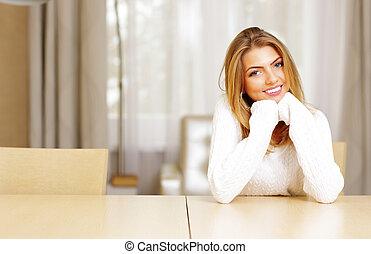 mulher bonita, sentando, jovem, tabela, lar