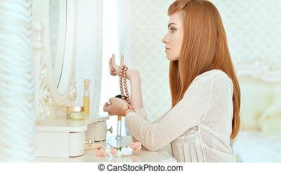 mulher bonita, sentando, jovem, vestindo, lar, tabela