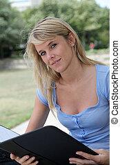 mulher bonita, sentando, parque, closeup, loura