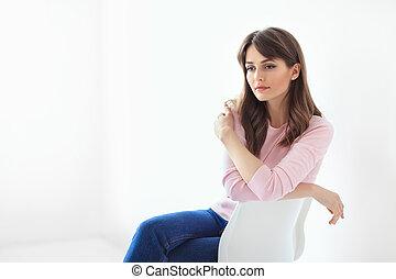 mulher bonita, sentando, pensativo, fundo, cadeira, branca