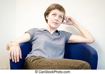 mulher bonita, sentando, poltrona, jovem, hipster