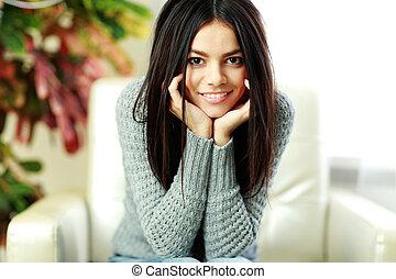 mulher bonita, sentando, poltrona, jovem, lar, feliz