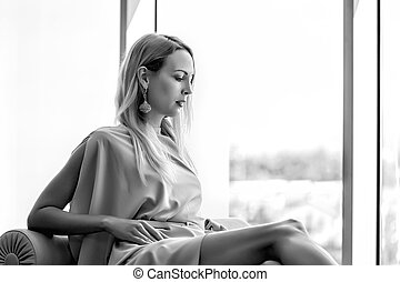 mulher bonita, sentando, sofá, janela, luxo