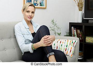 mulher bonita, sentando, sofá, jovem, loiro