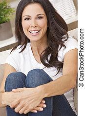 mulher bonita, sentando, sofá, sorrir feliz