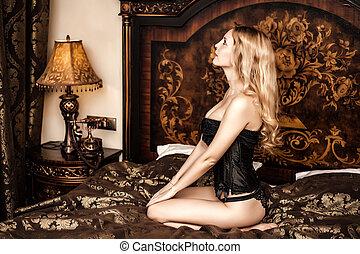 mulher bonita, sentando, vindima, jovem, cama, modelo