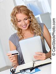 mulher bonita, shopping, escritório, online