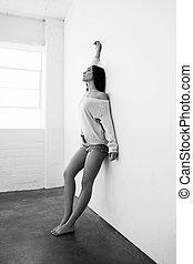 mulher bonita, shorts, parede, calças brim, excitado