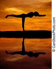 mulher bonita, silueta, reflexão, água, ioga