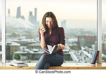 mulher bonita, smartphone, livro