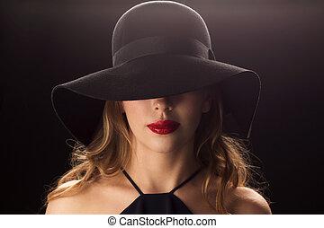 mulher bonita, sobre, escuro, experiência preta, chapéu