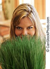 mulher bonita, sobre, olhando jovem, grass., verde