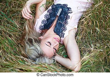 mulher bonita, sorrindo, e, mentir grama
