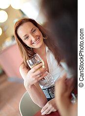 mulher bonita, sorrindo, em, um, restaurante