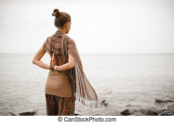 mulher bonita, spa., dela, natureza, namaste., costas, mãos, ioga