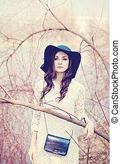 mulher bonita, spring., senhora, ao ar livre, chapéu