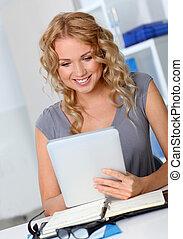 mulher bonita, tabuleta, escritório, digital, usando