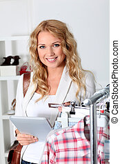 mulher bonita, tabuleta, garment, usando, eletrônico, loja