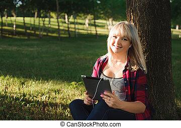 mulher bonita, tabuleta, jovem, pc, retrato, sorrindo