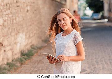 mulher bonita, tabuleta, jovem, usando, vestido branco