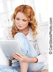 mulher bonita, tabuleta, loura, usando, eletrônico