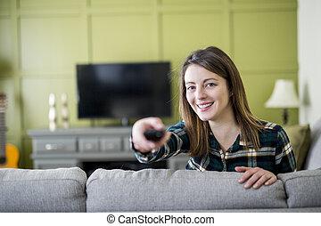 mulher bonita, televisão assistindo, sentando, sofá, lar