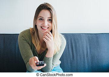 mulher bonita, televisão assistindo, sofá, sentando