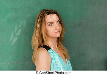 mulher bonita, thinking., parede, cima, isolado, olhar, pensativo, experiência verde