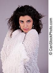 mulher bonita, tiro, jovem, cobertor, estúdio, embrulhado, branca