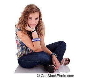 mulher bonita, tiro, sentando, chão, jovem, isolado, estúdio, branca, loiro