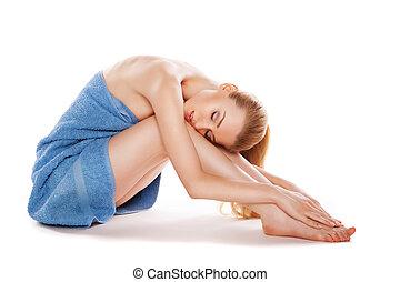 mulher bonita, toalha, sentando, pernas, afagar