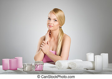 mulher bonita, toalha, velas, atrás de, tabela