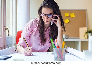 mulher bonita, trabalhando, dela, escritório., jovem