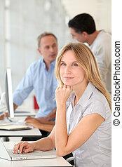mulher bonita, trabalhando escritório, computador laptop