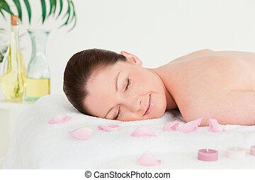 mulher bonita, unlighted, velas, pétalas, tabela massagem, mentindo
