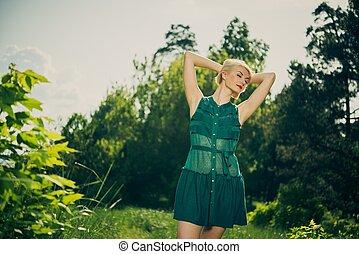 mulher bonita, verde, loura, ao ar livre, vestido
