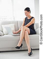 mulher bonita, vestido, laptop, poço, jovem, sofá, usando