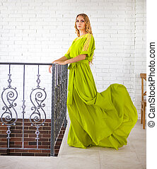 mulher bonita, vestido, loura, longo