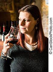 mulher bonita, vidro, adega, bebendo, wina, vinho