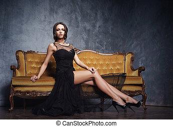 mulher bonita, voga, moda, concept., sofa., glamour, pretas, excitado, vestido