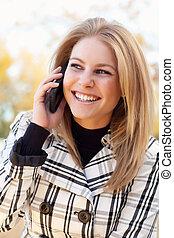 mulher, bonito, jovem, telefone, exterior, loura