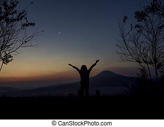 mulher, braços abertos, amanhecer, sob