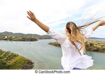 mulher, braços elevando, vento, feliz