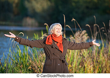 mulher, braços estendidos, luz solar, sênior, desfrutando