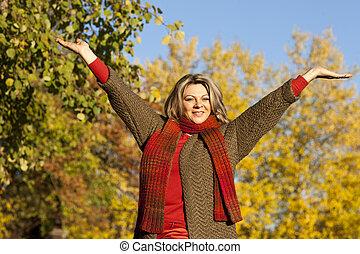 mulher, braços estendidos, meio envelheceu, feliz
