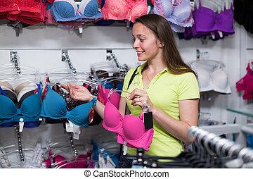 mulher, brassiere, comprando
