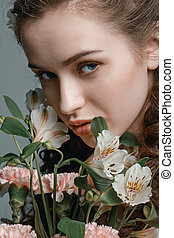 mulher, buquet, primavera, isolado, cinzento, atraente, jovem, retrato, flores